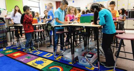 Schulkasse am Stehtisch